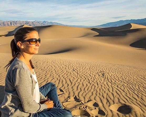 Irene geniesst den Sonnenuntergang im Death Valley.